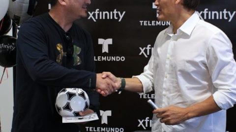 La leyenda del fútbol Luis Hernandez visita tienda Xfinity en Union City